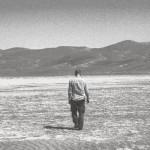 Ensam promenad i öknen